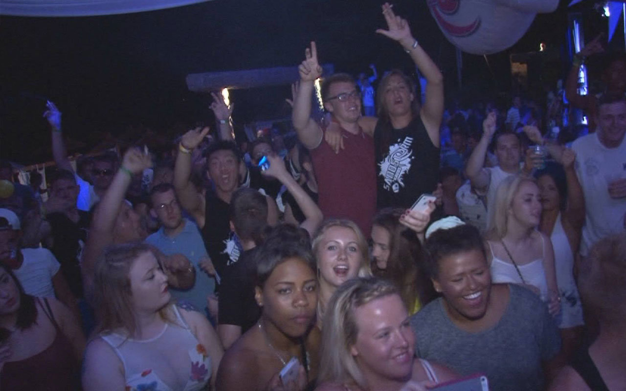 sandstorm-beach-party-kavos-2015-kavosnightlife-crowd